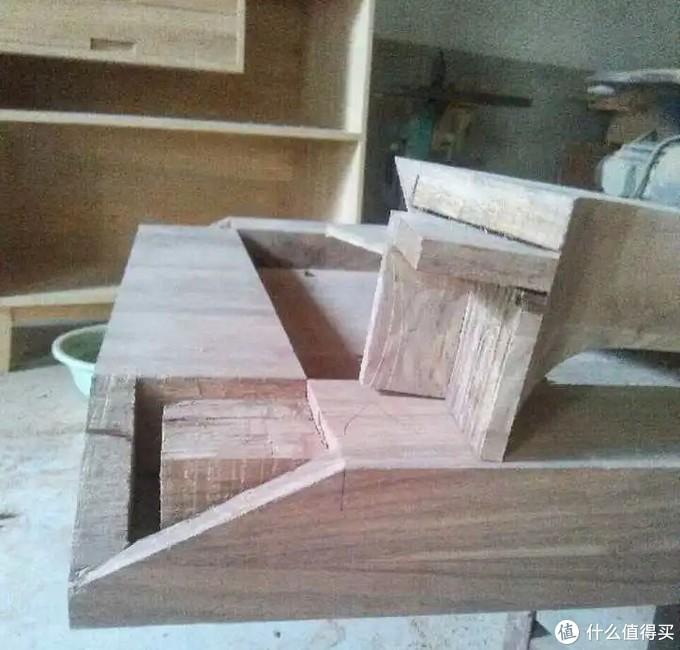 第二,就是固定榫卯的链接,比如这个是我们的罗胖桌的直角抱肩榫