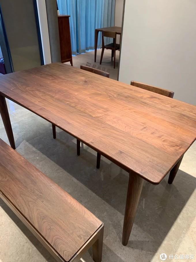 """现在很多实木家具将""""环保,不用胶水""""作为卖点,小强不想多说,免得又被人说黑同行,至少我们家的家具即便是榫卯结构的,上面提到的地方也是会用到胶水的。"""