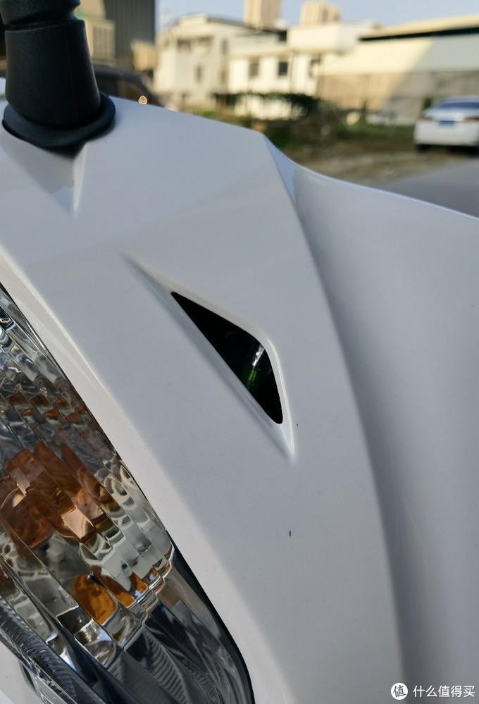 车头的,是进气孔吗?可以看到里面的电线接头。
