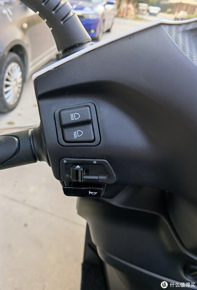 左车把控制开关,灯光不带超车开关,本田应该是觉得这个车子不适合超车吧
