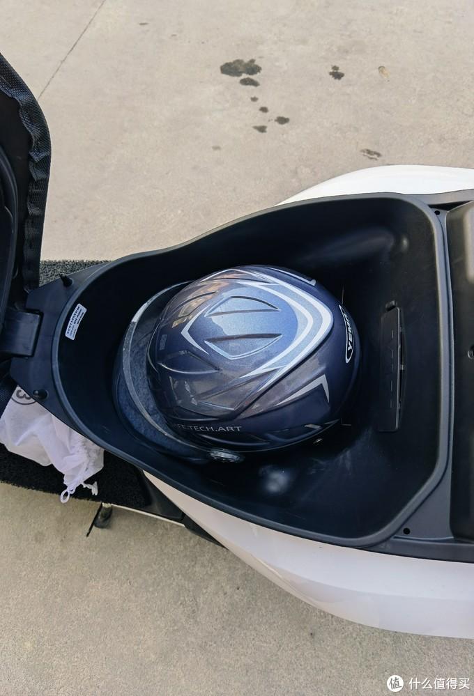 座桶,和11R差不多,放个雨衣和半盔就满了。
