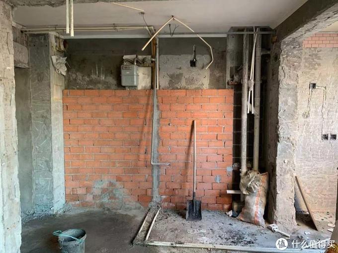 为了保证水槽墙面不突出,全给砌了
