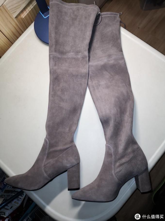 过膝的长靴,实在不太好展示。绒面皮材质,偏灰褐色。