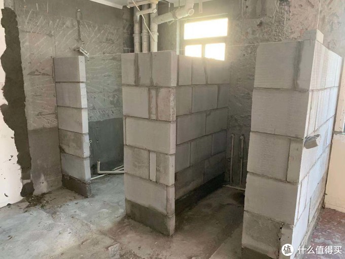 三分离的洗手间,砌到一半砖还没了,跟旱厕一样