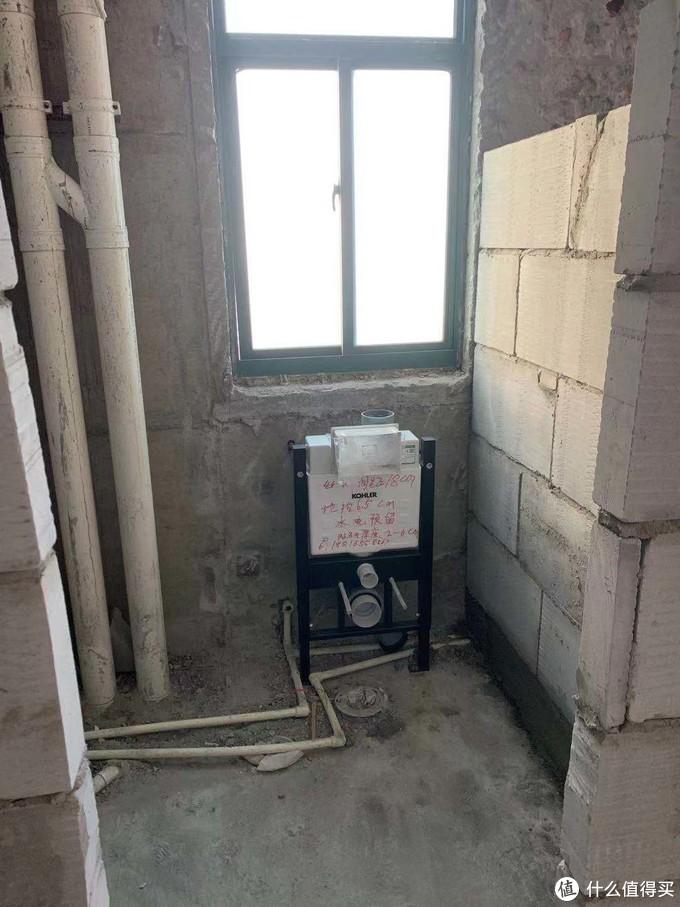 两个挂壁马桶先定位、安装挂壁水箱,这是主卫的