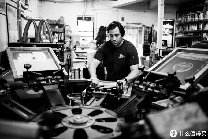 创始人之一Alex Dondero在工作室印T恤,摘自thevinylfactory