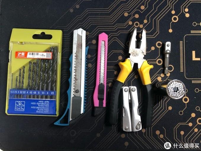 从左到右,一套钻头,裁纸刀,折叠钳子,适用各种尺寸的批头