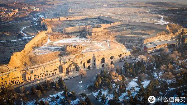 云岗石窟全貌,山上的城墙是明代的军事设施遗址