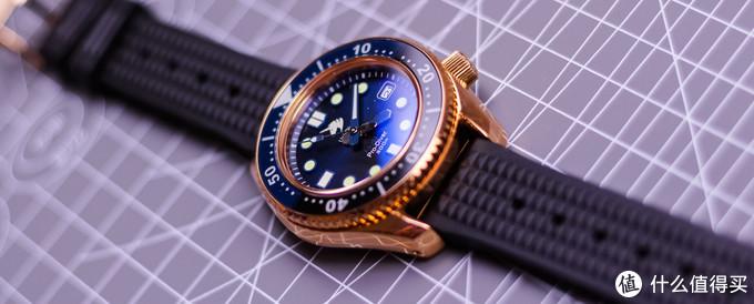 青铜表壳配上渐变的蓝色表盘,我真的非常喜欢