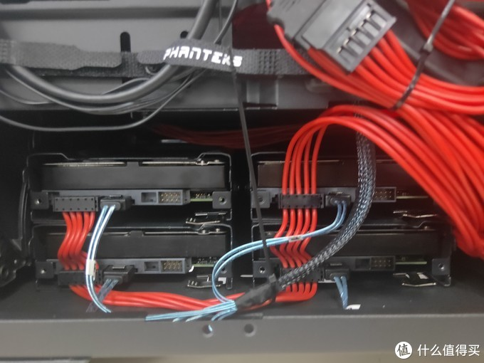 电源旁边的硬盘位4个