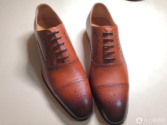 浅棕色,半布洛克样式,鞋型修长,鞋舌闭合。