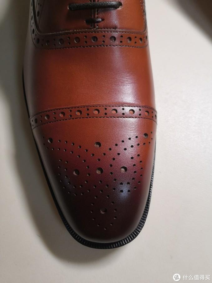 鞋头的雕花,擦色处理。