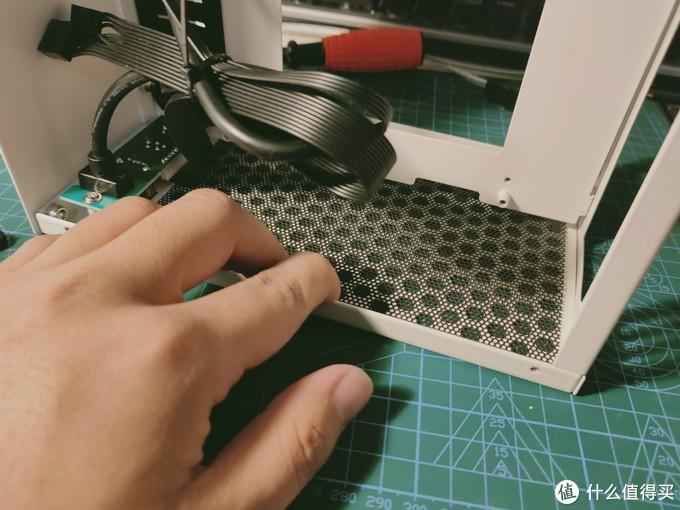 上端防尘网可以直接贴,主板固定架是不可拆的,稍微有一点麻烦