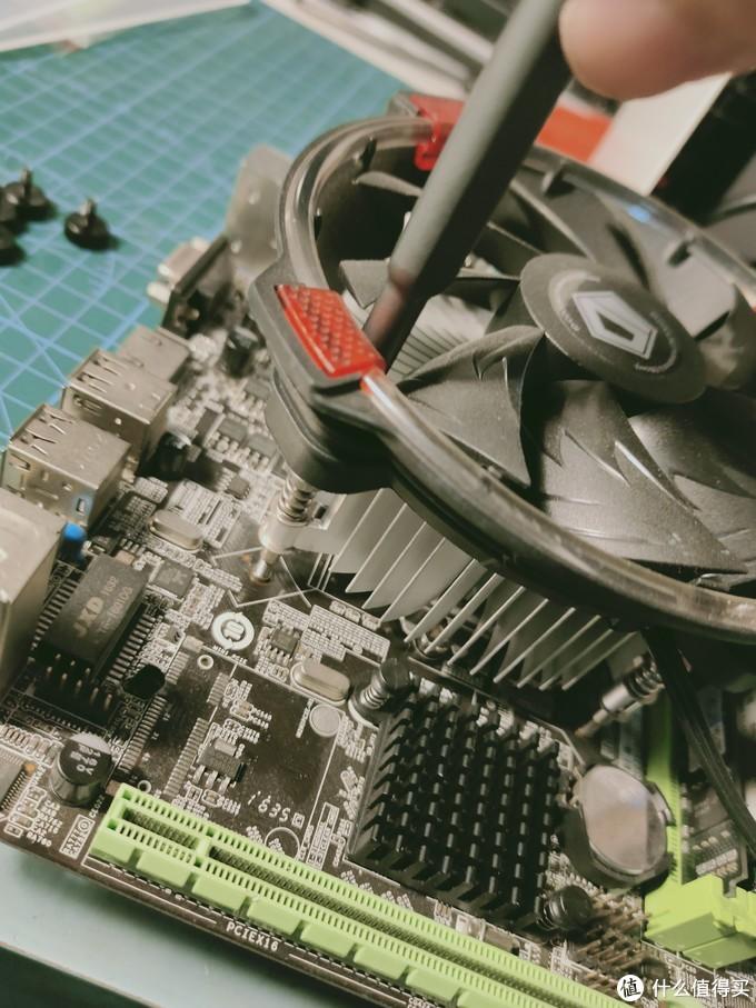 下压弹簧螺丝散热器,原本是准备给QL3X准备的,但是弹簧太短,装不上,就又买了一个酷冷至尊I50