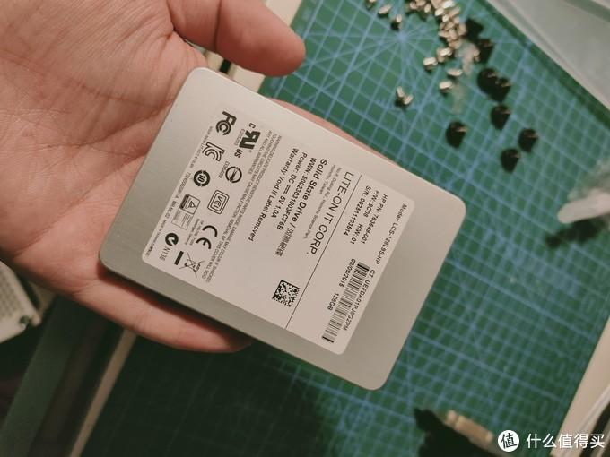 硬盘是建兴的120G,是一个朋友50给我的,据说是带缓存的MLC,很适合当二奶机主盘