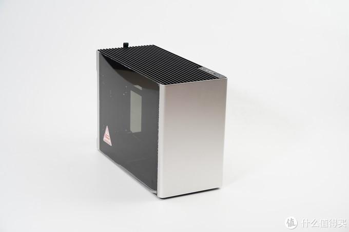 i 100 PRO三围尺寸为434.8mm(D)*194mm(W)*306.8(H),官方数据最大可以支持到166mm的旗舰风冷散热器,意味着可以通吃是猫头鹰D15/D15S,或者利民IB-E Extreme银剑这类旗舰双塔散热器,可支持360/280水冷以及旗舰风冷的ITX铝合金机箱,可兼容ATX与SFX电源。