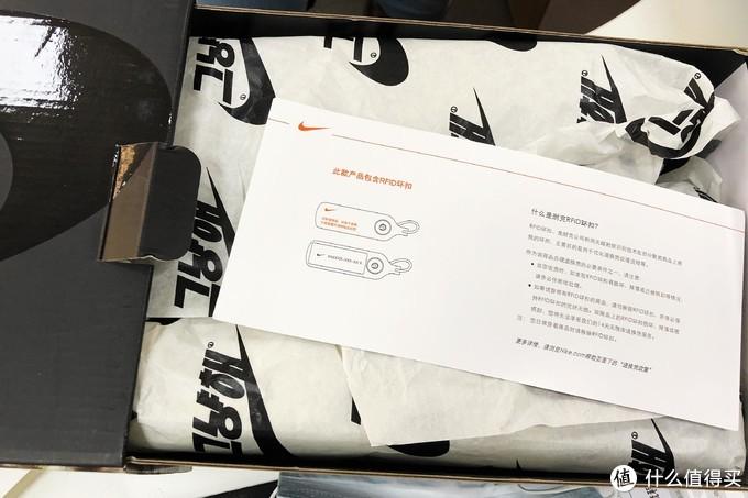 开箱!包裹鞋子的纸上有韩文