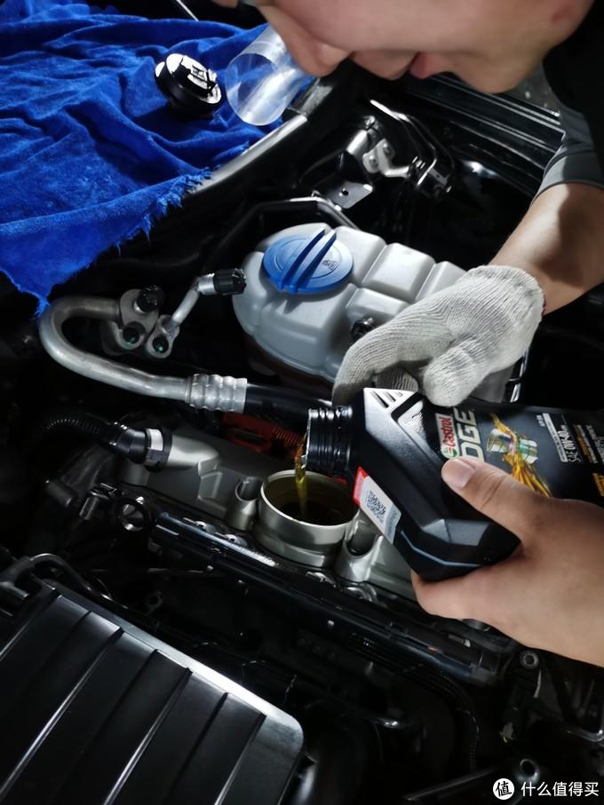 继续再加入1qt的小瓶装,这台v6发动机每次保养用6qt油刚好到电子机油尺的中线