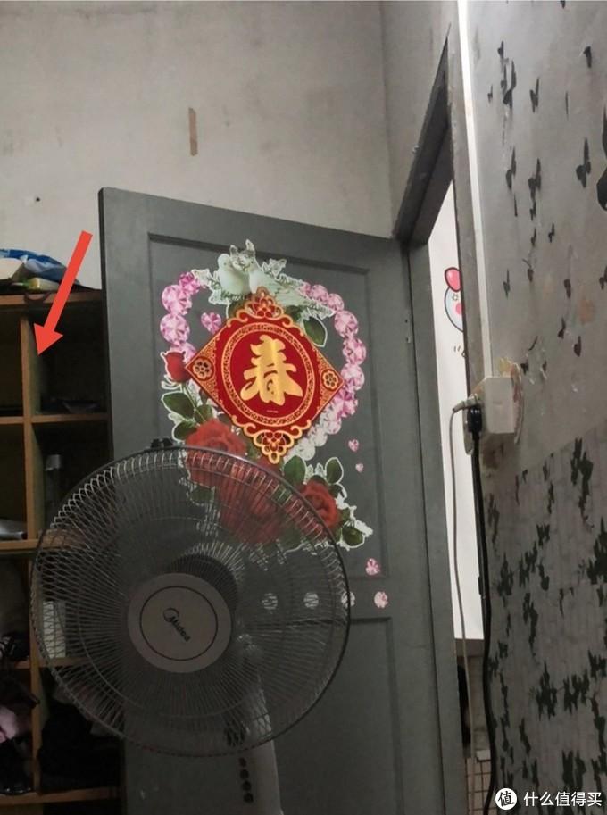 注意看房间门后面的杂物柜