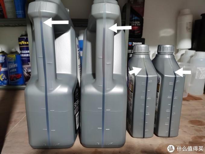 抽出来的机油与未开封的机油液位对比,大桶和小桶均为左侧旧机油,右侧新机油,旧机油的液位均比新油高