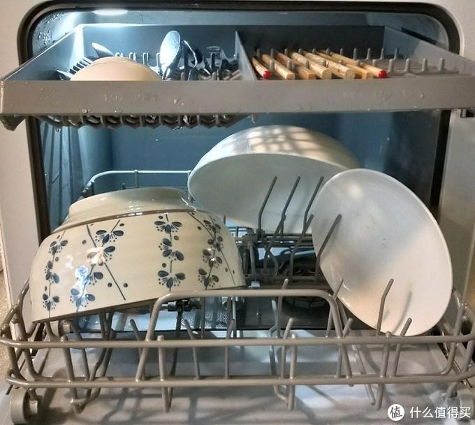 前天第一次摆两只大碗时很抓狂, 折腾了好久,觉得怎么只能放两只碗了↑