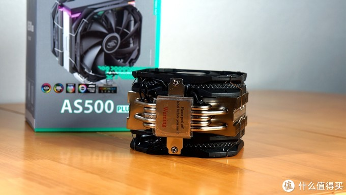 底座采用纯铜底座,回流焊技术,5根直径6mm的纯铜镀镍热管。表面微微凸起,使散热器与处理器接触更紧密。