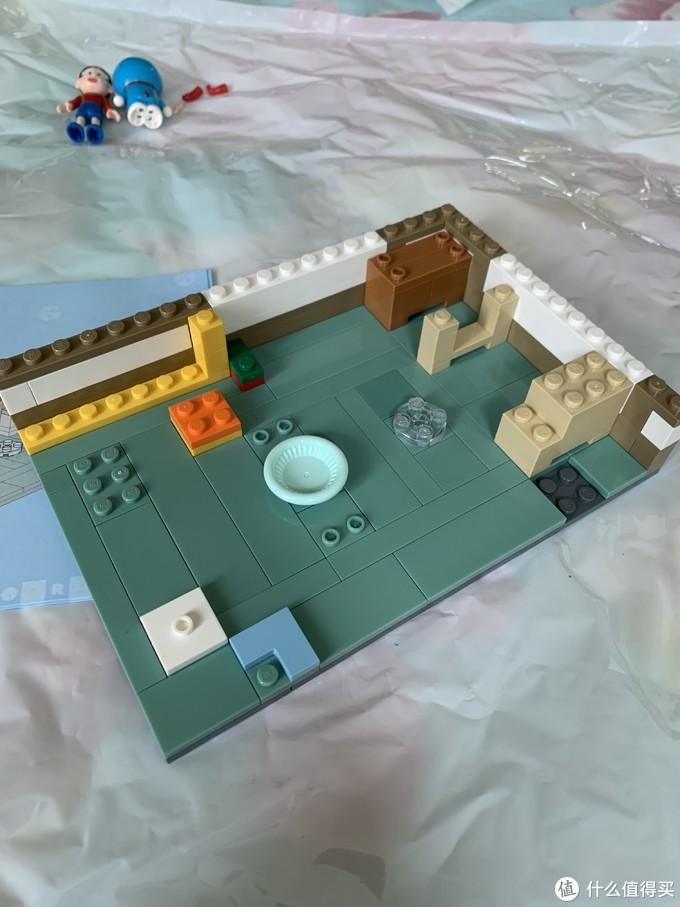1号袋拼装以后的效果,可见房屋的地板雏形已经有了。