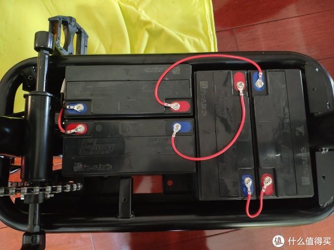 电池仓只需要拧下四颗螺丝即可,很简单,空间还可以,足够进行各种改造