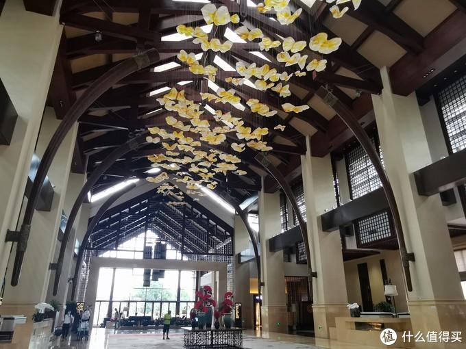 大堂上面的灯饰是纷飞的蝴蝶,对应期彩蝶纷飞的主题