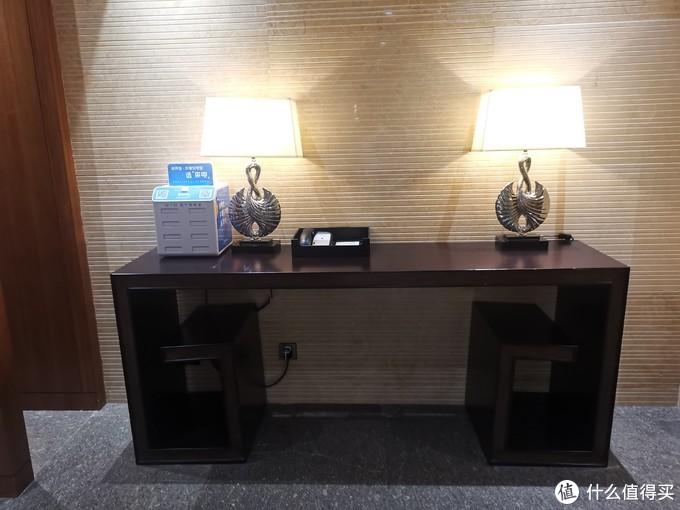 走廊上的灯饰和桌子