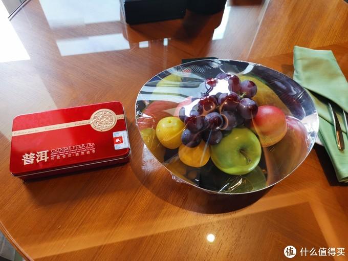 入住欢迎礼给了一盒普洱茶和一盘水果