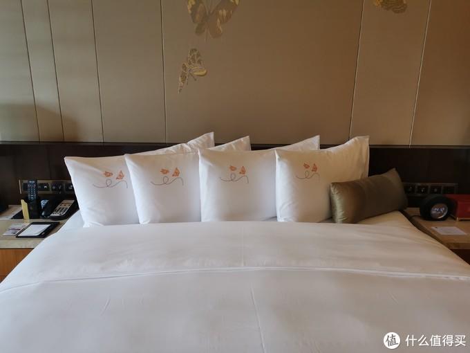 枕头套秀的是也是彩蝶纷飞的主题,床头的墙上也是