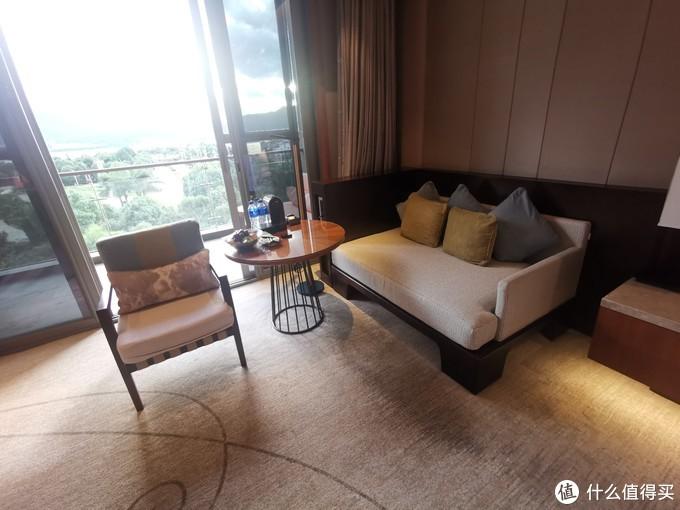 小沙发和桌子
