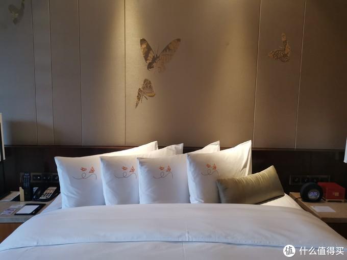 大床墙上的画饰也是对应彩蝶纷飞的主题