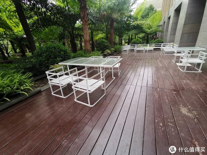 酒廊室外的就餐环境,正对室内花园