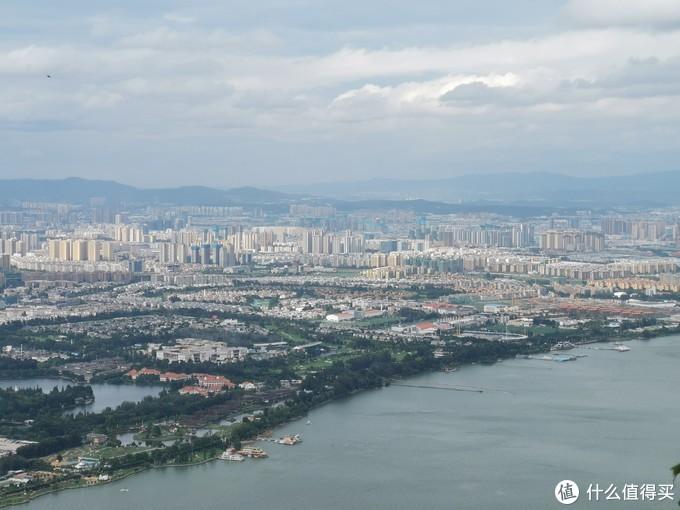 从山上看市区和滇池