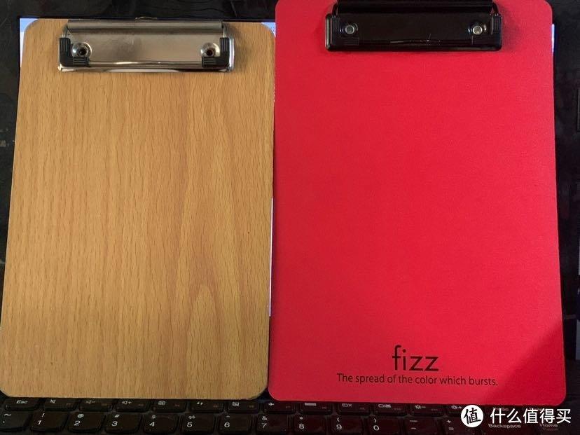 这是Fizz 的板夹与原本在用的不知名书写板夹的对比