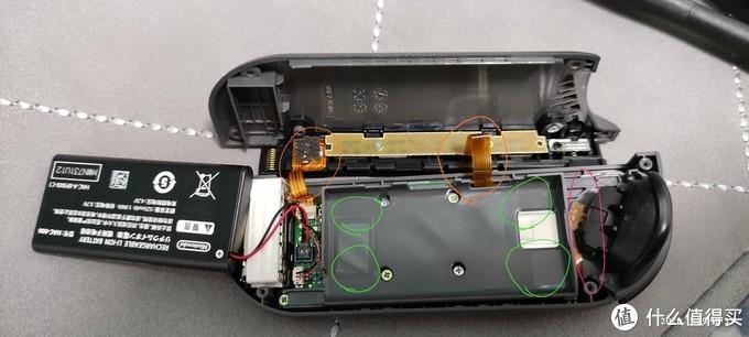注意橙圈两个排线是连接盖板,导轨和上盖板一起。绿色的是电池固定胶。打开电池仓的时候一定注意紫色圈中的排线