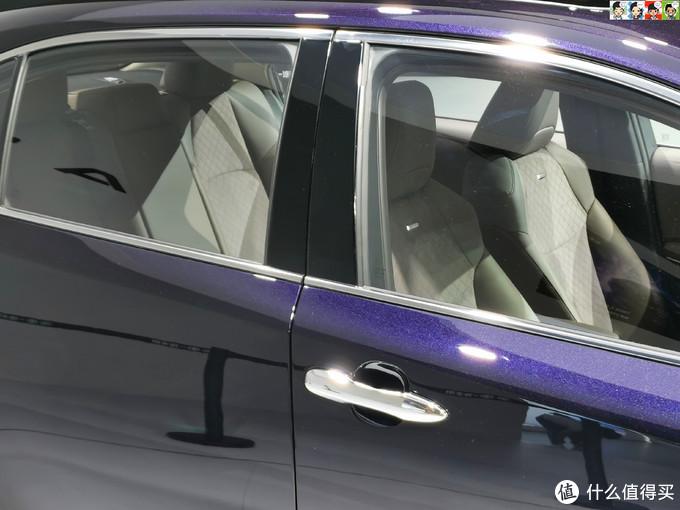 亮黑的B柱和整套车窗镀铬饰条提升了档次,座椅看起来包裹性不错。