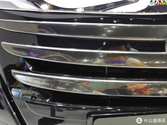 相比本田的亮瞎眼大龅牙,饰条带点哑光才是丰田的中庸之道。
