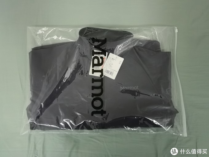 快递拆开,就只有一个透明袋跟衣服,一如既往的简单,不像有些牌子,盒子卡片包装布袋搞一堆,就是质量上不去