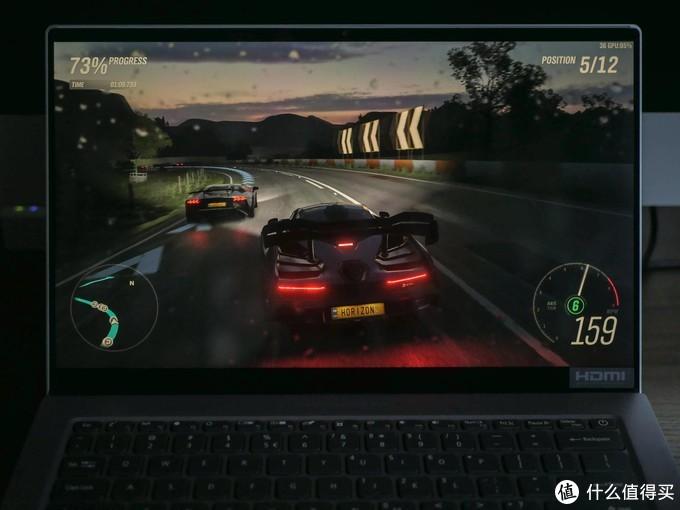 《地平线4》游戏中。注意画面右上角的实时帧率显示。