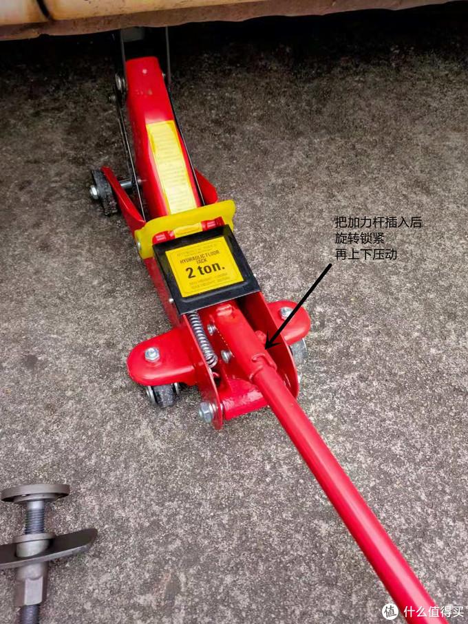(这是压动状态)我用的是快压千斤顶,这种工具比较方便,没有经常动手的车主可以直接用原车的即可