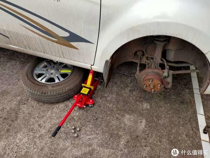 将拆下的轮胎放在底盘下面,预防千斤顶失效导致车落下砸伤自己。