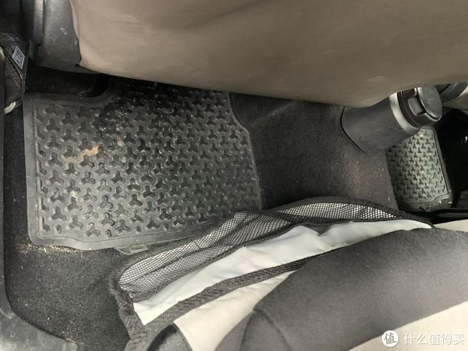 这网状的袋子可以放点小朋友的杂物啥的。顺便后排脚垫没Logo