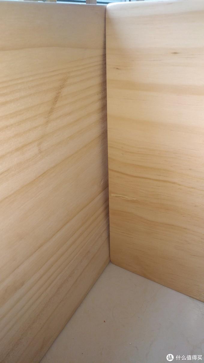 自制阳台木质地台,兼具收纳功能。