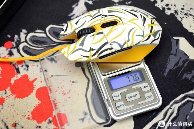 轻巧又不失个性——达尔优EM910牧马人荆棘白游戏鼠标晒物