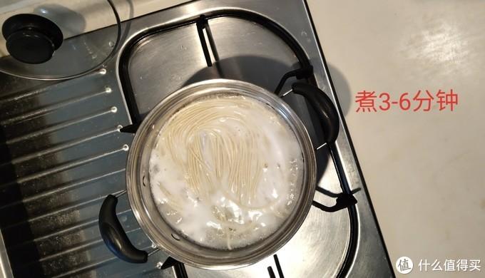 煮面条,当心噗哦!旁边备凉水,小心看火~ 我凑上去闻了,一股碱面的香味,很香~  ↑