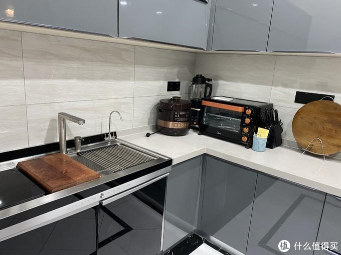 有一个超大的厨房是什么体验:挑高近四米,配合家里的工业风装修,这厨房我爱了