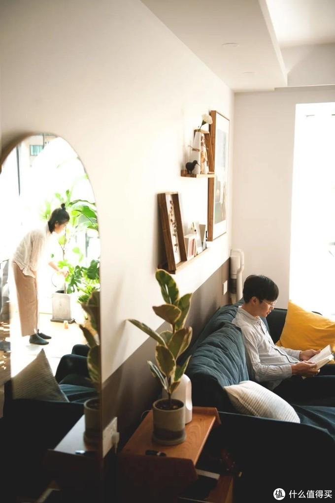 ▲巨大的布艺沙发,疲惫的时候只想把整个人都陷进去。